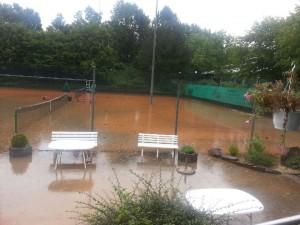 Überflutung Tennisanlage
